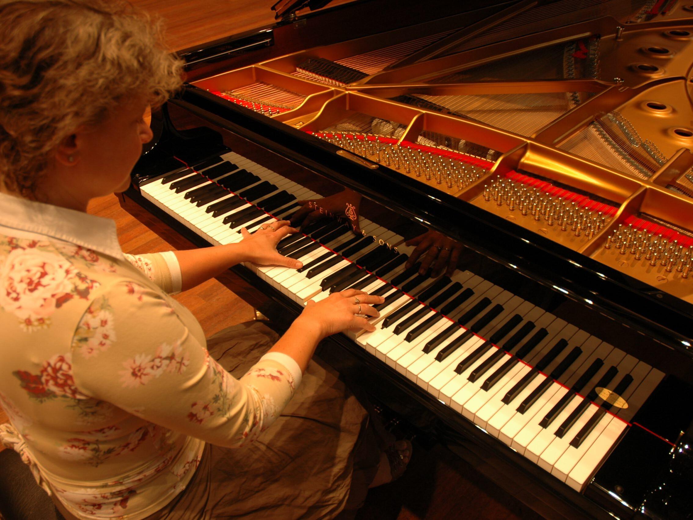 Gabi Rynveld playing on the Steinway